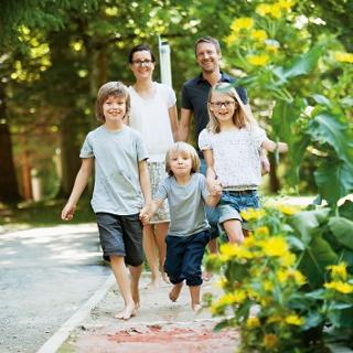 Familie auf dem Barfußweg Bad Wörishofen