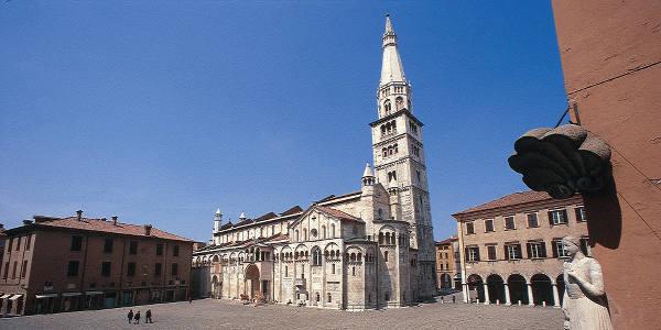MODENA Duomo, Ghirlandina e statua Bonissima