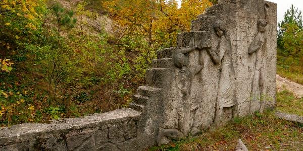 Az emlékfal Bajnok Béla alkotása (Nagy-szénási turistaház)