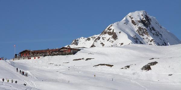 Wandern und Skifahren am Strelapass.