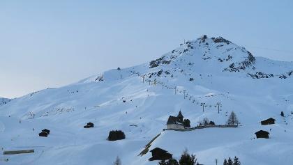 Das Bergkirchli von Innerarosa, darüber das Weisshorn.