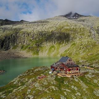 Hütte am See, dahinter der Keeskopf