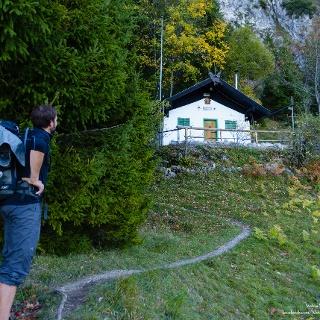 ein kleiner Steig führt zur schön gelegenen Bichler-Hütte
