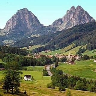 Mit dem Postauto durchqueren wir das Dorf Alpthal