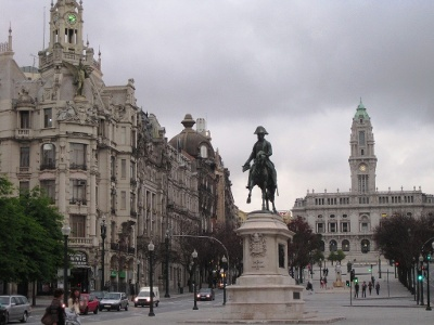 Freiheitsdenkmal mit Rathaus