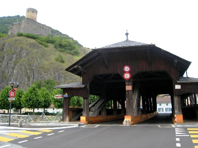 Pont en bois sur la Dranse et Château de la Bâtiaz
