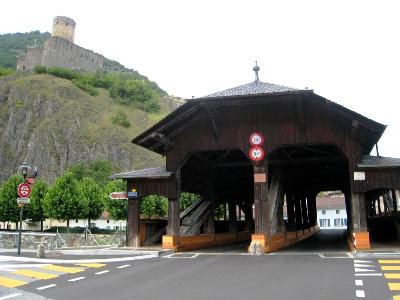 Martigny: Holzbrücke über Dranse/Château de Bâtiaz