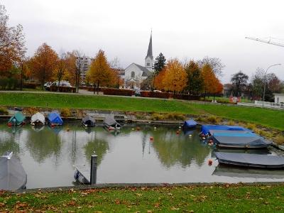 Hard: Bootshafen und Kirche