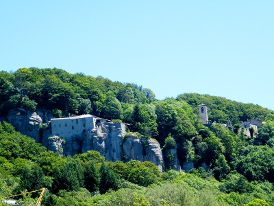 das Santuario versinkt im Wald