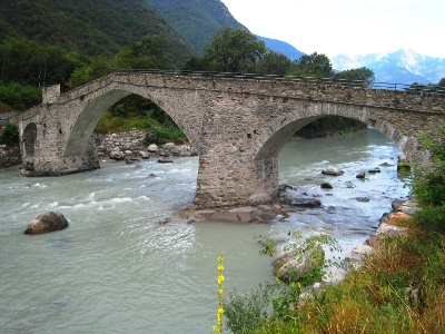 Arnad: stone bridge over the Dora Bàltea