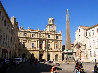 Place de la Republique mit Kirche St. Trophime