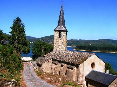 Kirche von Villelongue am Lac de Laouzas