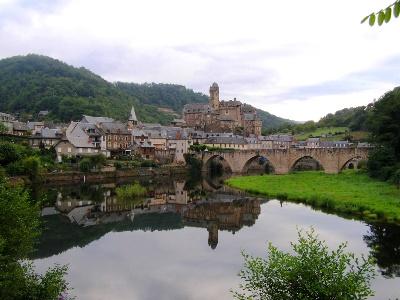 Estaing am Lot mit Brücke (13 Jh.)