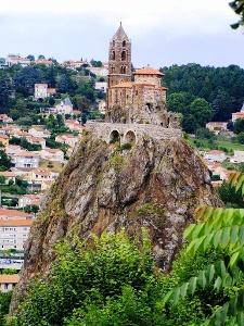 Chapelle St. Michel sur promontoire volcanique