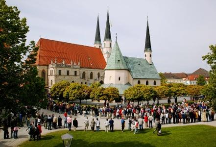 Altgötting: Pilgereinzug am Kapellplatz
