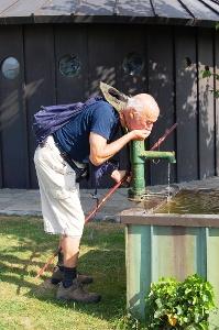 Erfrischung an altem Brunnen