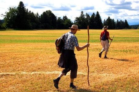 Pilger mit leichten Rucksäcken locker unterwegs
