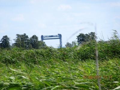 Eisenbahnhubbrücke durch Schilf des Stettiner Haff