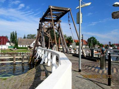 Brücke über die Ryck zum malerischen  Dorf Wiek