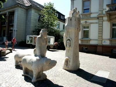 Skulptur «Bauer und Herrschaften» in Müllheim