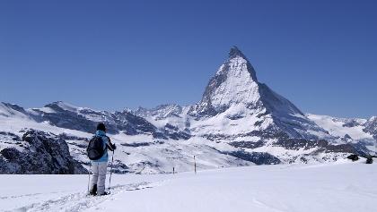 Schneeschuhlaufen mit Matterhorn.