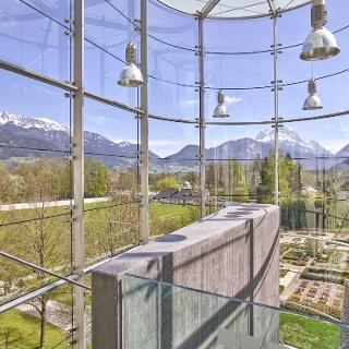 Gläserne Treppe mit Blick zum Kräutergarten