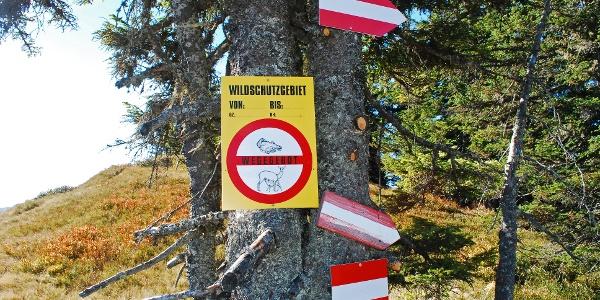 Am Kamm unter dem Gipfel des Vöttlecks: Diese Tafel ist ungültig, da sie keine zeitliche Befristung und keine GZ aufweist!