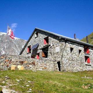Schönbiel hut (2,694 m), run by the Swiss Alpine Club (SAC)