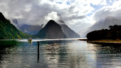 Wolkenverhangener Fjord Milford Sound