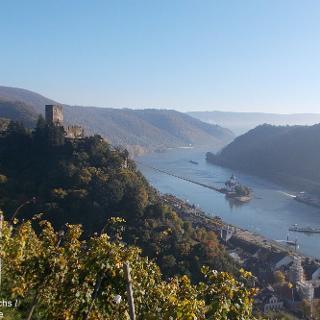 Blick auf Burg Gutenfels, Kaub und Burg Pfalzgrafenstein