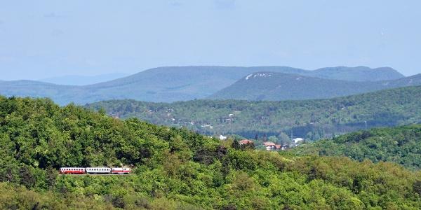 Súprava premávajúca zo skaly Tündér-szikla prechádzajúca okolo výhliadkového miesta Kis-Hárs-hegy