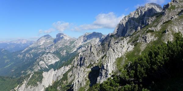 Im Aufstieg zum Mittagskogel: Blick zu den Haller Mauern (Scheiblingstein, Pyhrgas), dahinter die Warscheneckgruppe