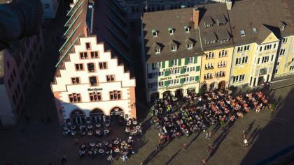 Tiefblick von der Münsterplattform auf den Münsterplatz.
