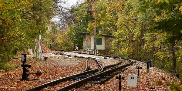 A meredek hegyoldalban csak kis állomásépületnek jutott hely