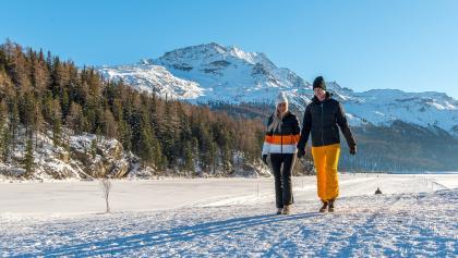 Winterwandern auf dem Champferersee, im Hintergrund der Piz Corvatsch