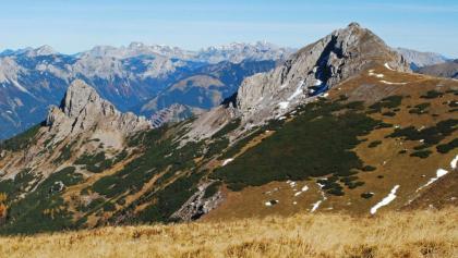 Herbstlicher Blick vom Wildfeld zum Stadelstein – im Hintergrund Hochschwab und Ebenstein