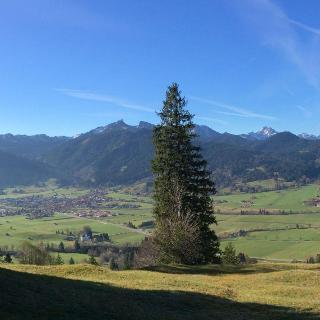 Aufstieg zur Hörnle-Bergstation mit Blick auf Unterammergau und Scherenau