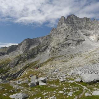 Rückblick auf das Valle di Zocca mit Capanna Allievi und den Monte di Zocca