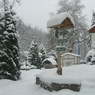 Wanderwegweiser am Waldhotel Linzmühle