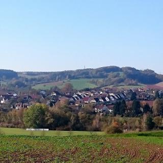 Blick auf Münchweiler mit Heuberg aus Richtung Drei-Länder-Eck