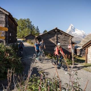 Vorbei an Tufteren und weiter dem Dorf entgegen