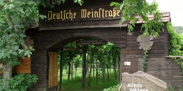 Am Alfred-Wasner-Platz auf dem Weinlehrpfad von Schweigen