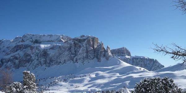 Skifahren mit Panoramablick auf der Sellagruppe
