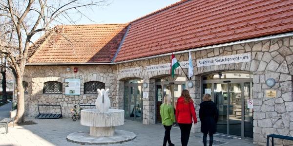 A Látogatóközpont bejárata (Tapolcai Tavasbarlang)