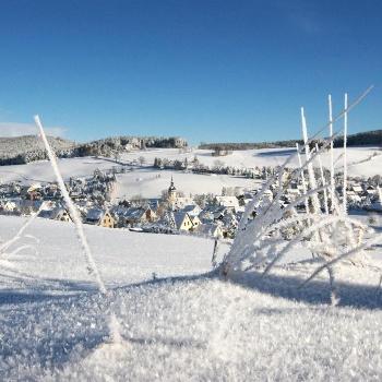 Blick auf das Köhlerdorf Sosa in der winterlichen Erlebnisheimat Erzgebirge