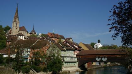 Altstadt von Baden mit Kunst an der Limmatbrücke.