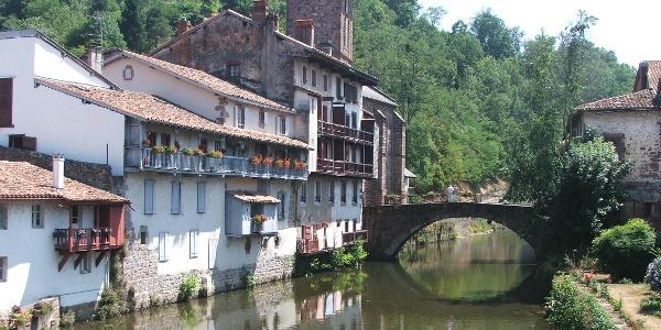 Brücke über die Nive de Béhérobie in Saint-Jean-Pied-de-Port