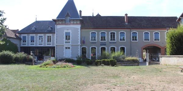 Hôtel de Ville du Grand-Lemps, ancienne distillerie Dutruc.