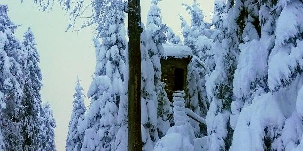 Hochsitz im tief verschneiten Winterwunderland