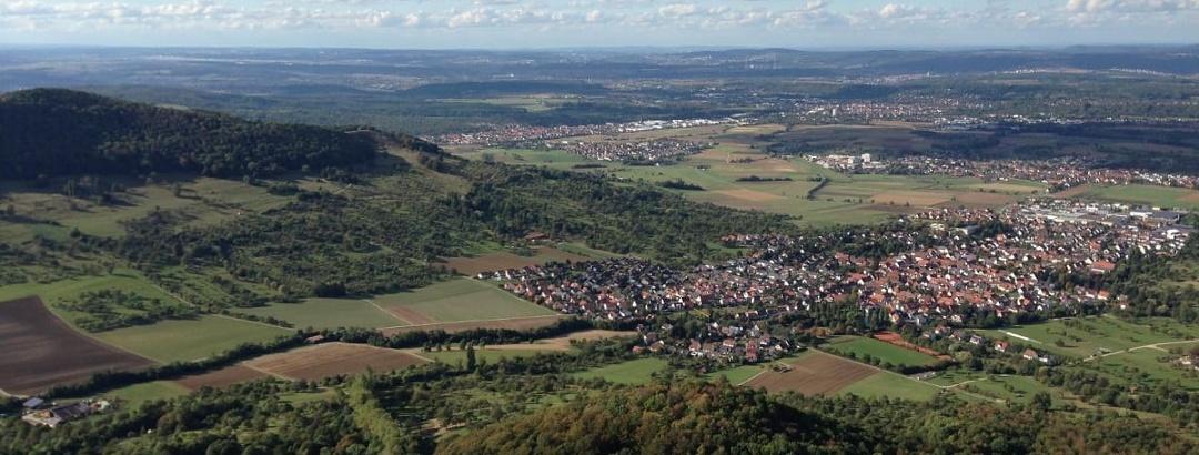 Blick auf das Neckartal mit Esslingen und Stuttgart